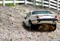 Auto steckt in Sand fest