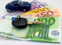 Autoschlüssel und Modellauto auf Euro-Geldscheinen