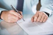Männerhände mit Stift unterschreiben Formular