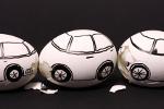 Mit Autos bemalte Eier in einer Reihe