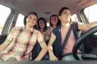 Vier junge Menschen im Auto