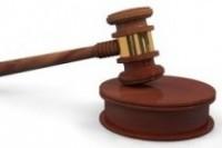 Hölzerner Gerichtshammer auf kleinem Sockel